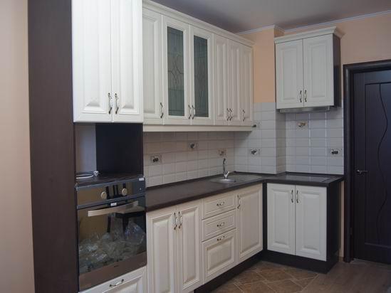 кухня с тёмной столешницей фото